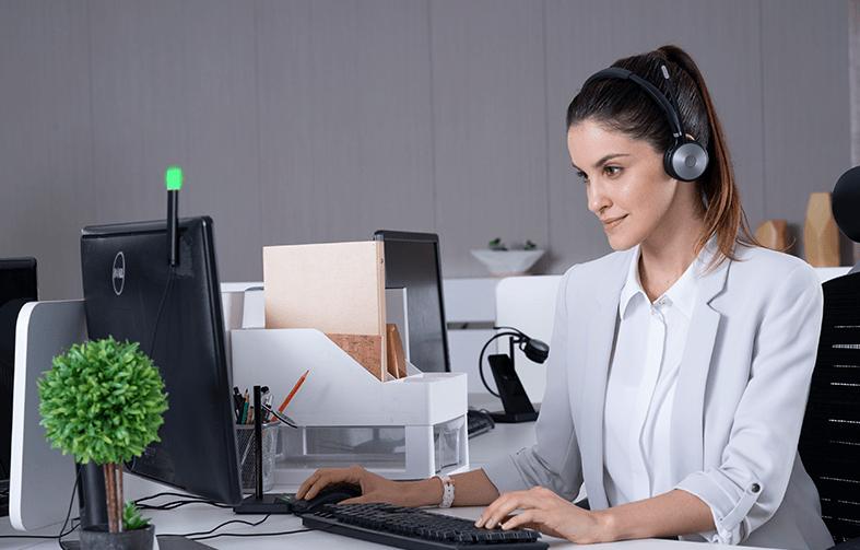 Słuchawki Yealink WH6X podczas pracy